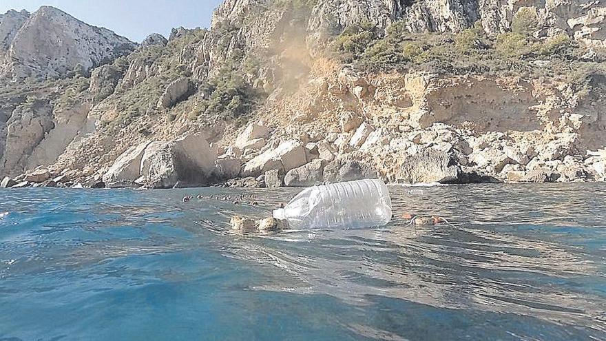 Redes furtivas de pesca y hasta petardos en la recóndita cala de Llebeig