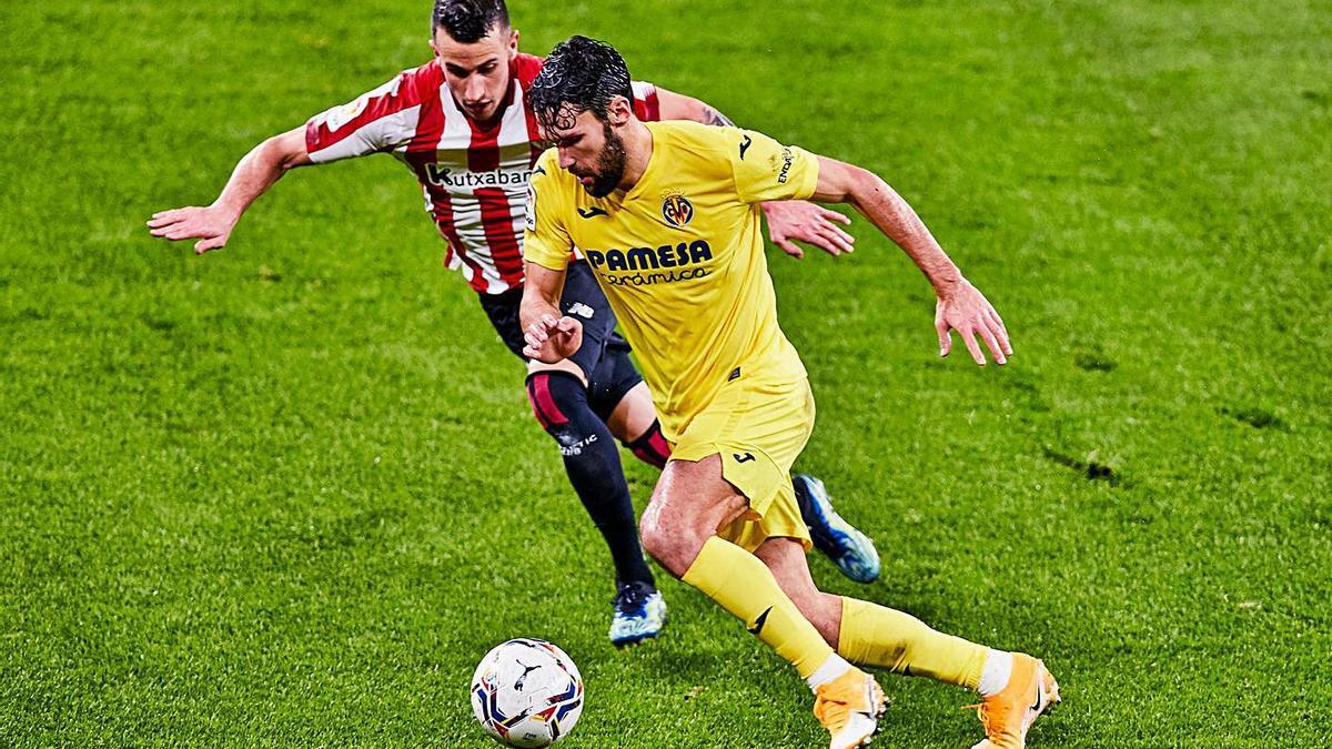Pedrada y Berenguer disputan la pelota, anoche en San Mamés.  | EUROPA PRESS/AFP7