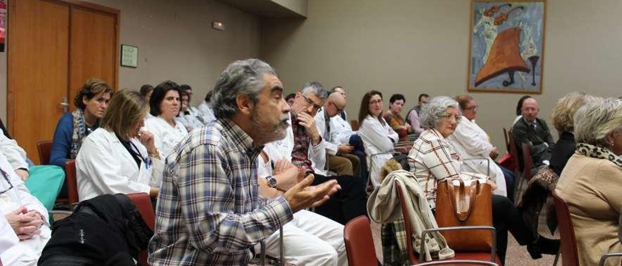 El ginecólogo Ángel López, durante su intervención, y dos asientos más allá, el cirujano Guillermo Vigal.