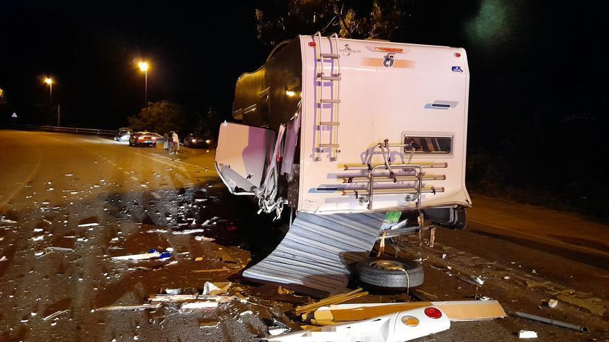 El conductor de un BMW se da a la fuga tras un aparatoso accidente contra una autocaravana en Saiáns