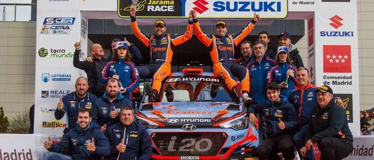Vázquez y Ares posan encima de su Hyundai tras su triunfo en el rally de Madrid.