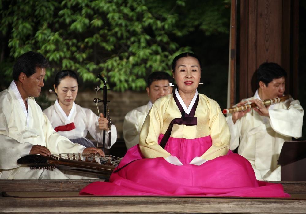 Corea del Sur - El Gagok, ciclos de canto lírico con acompañamiento de orquesta.