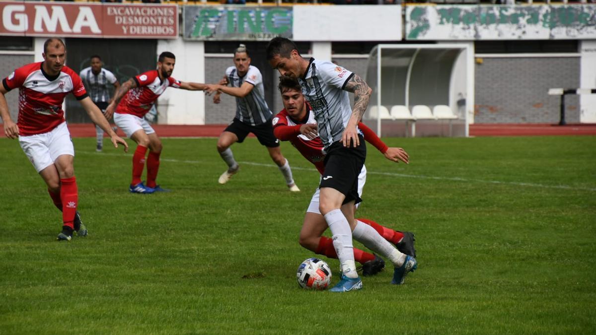 Aarón, autor del segundo gol de la UPP, presionado por un jugador del Miajadas.