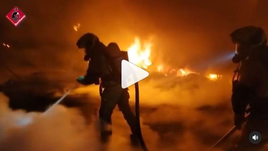 Espectacular incendio de un camión en la autovía A-31 a la altura de Villena