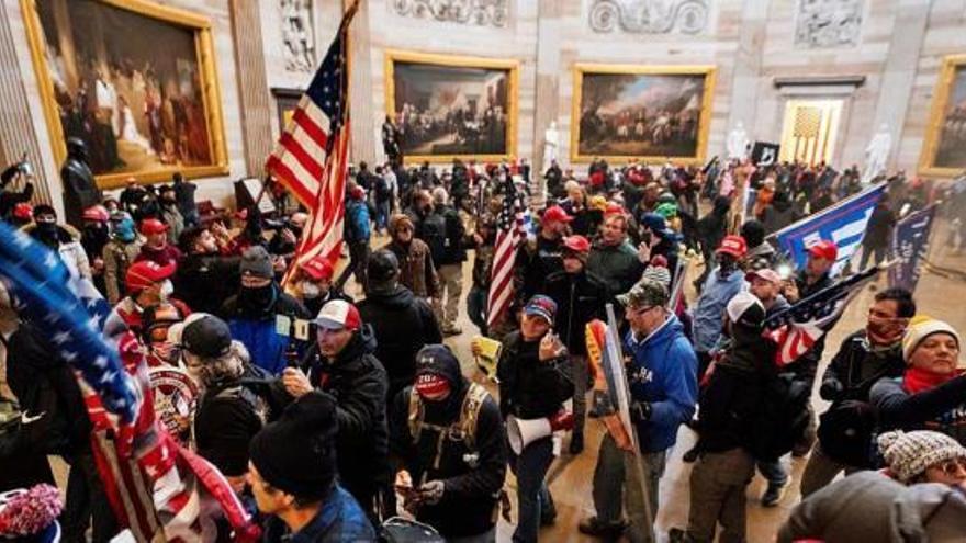 Una torba de seguidors de Trump assalta el Capitoli i provoca el caos a Washington