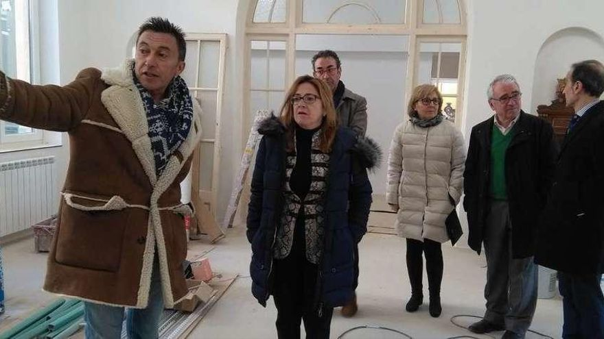 Responsables de la asociación, de la Fundación Valparaíso y autoridades provinciales, comprueban el grado de ejecución de las obras del centro.