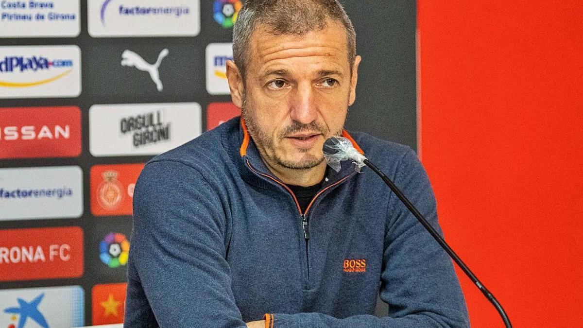 El director esportiu, Quique Cárcel, en una roda de premsa a l'estadi de Montilivi.