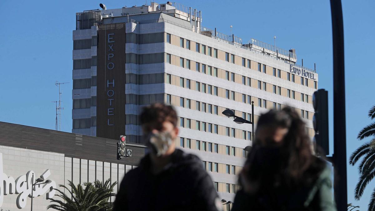 Dos personas pasean frente a un hotel en Valencia.