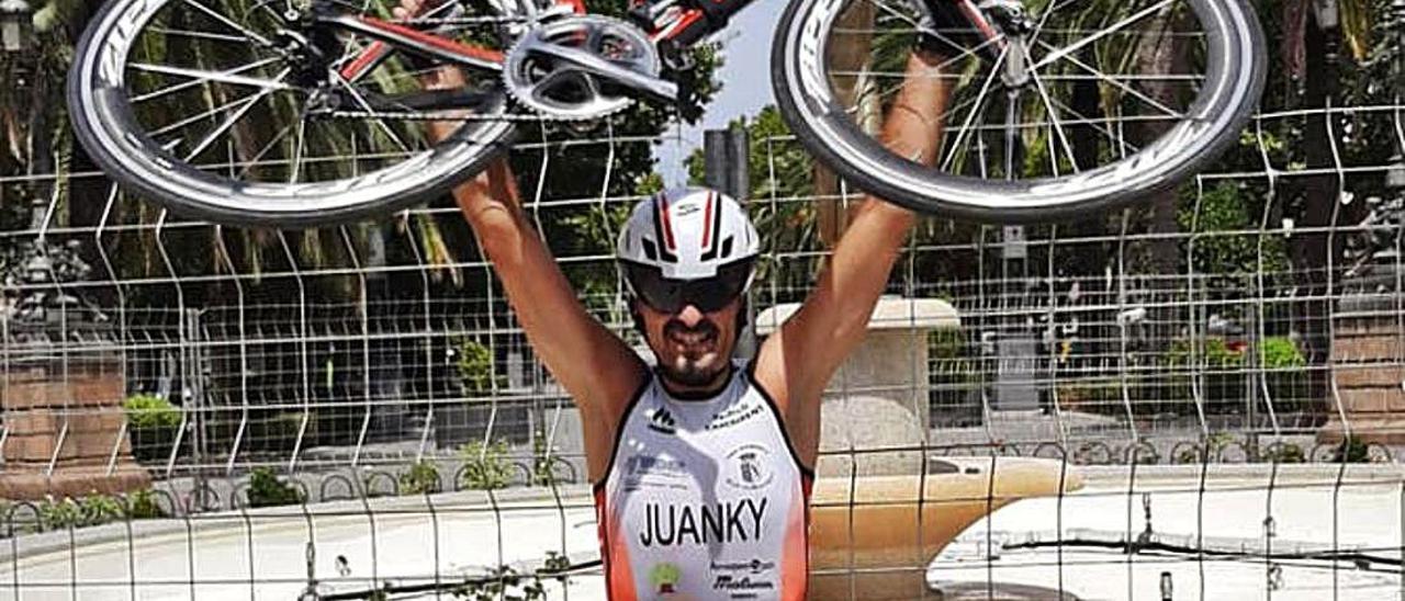 El jienense afincado en Alzira levanta la bici triunfante.