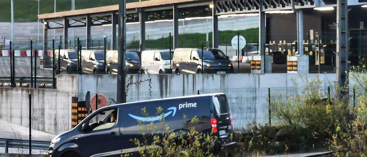 Furgonetas de Amazon hacen cola para cargar los paquetes.