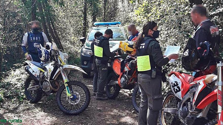 Denunciats cinc motoristes per circular per la llera del Ridaura
