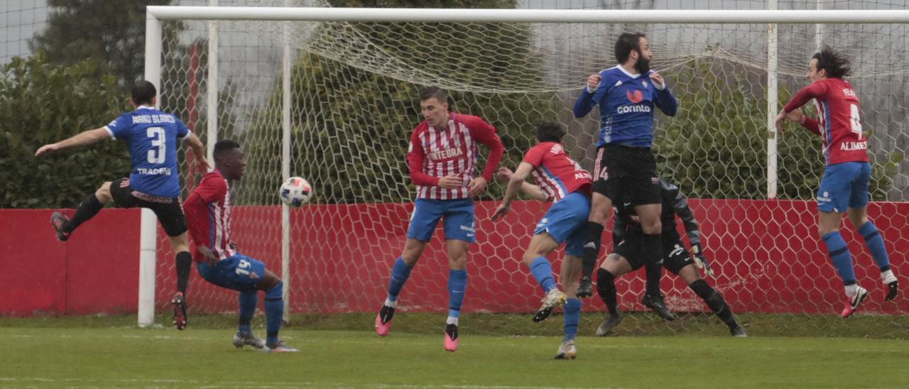 Una acción del Sporting B-Covadonga del domingo