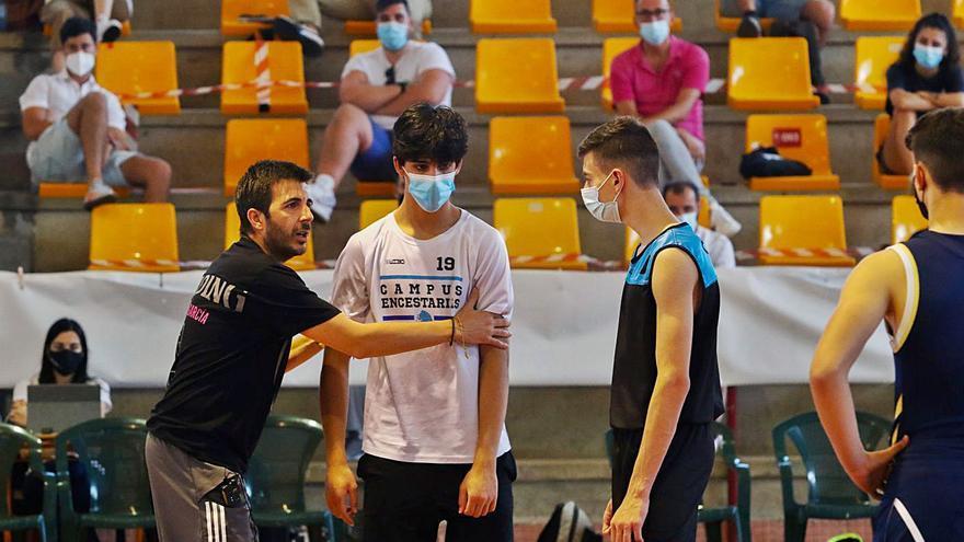 El Clínic Vilagarcía hace de Fontecarmoa toda una universidad del baloncesto con las clases magistrales de Paco Redondo, Juan Trapero y Pedro Calles
