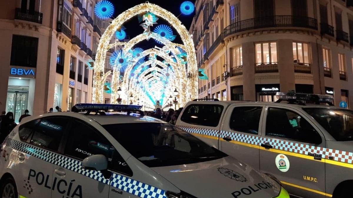 Patrullas de la Policía Local, a la entrada de la calle Larios.