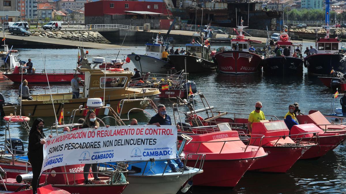 Pescadores de bajura protestando en la Ría de Arousa.