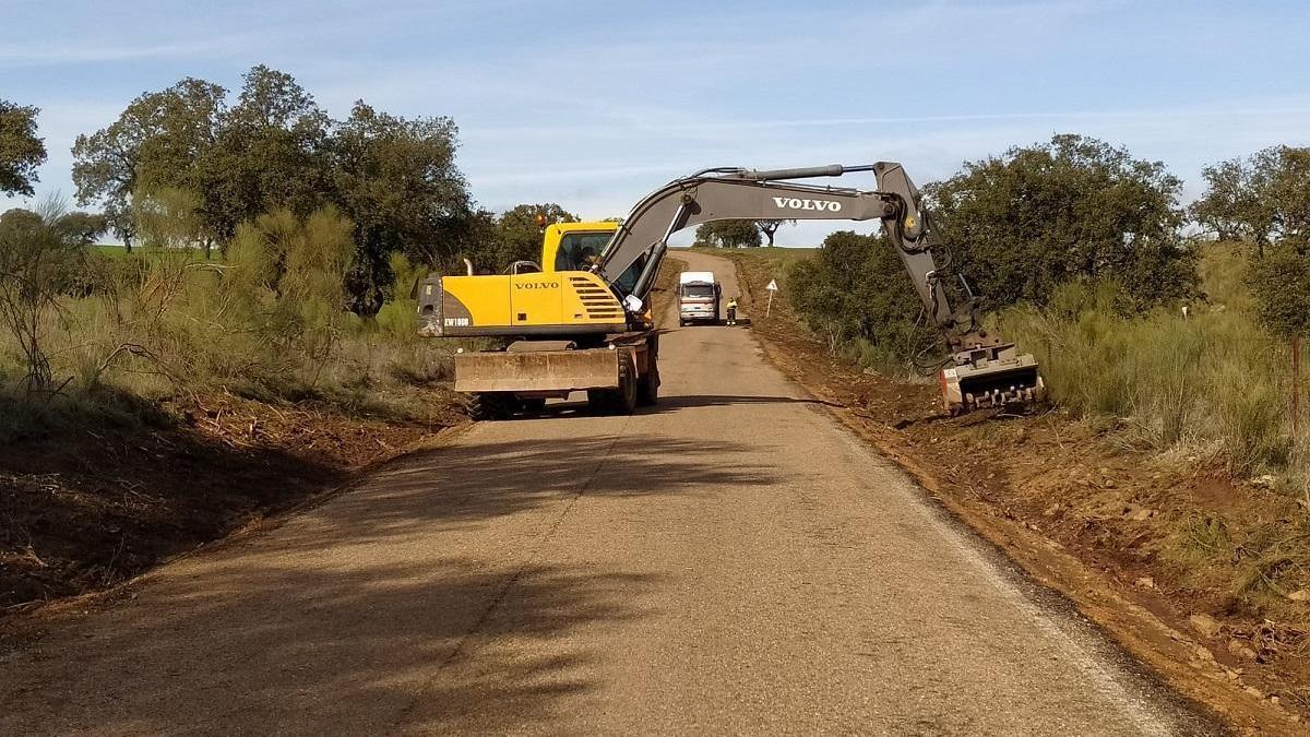 El Ayuntamiento de Hinojosa comienza la reparación de la pista de La Jarilla
