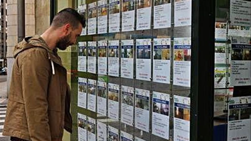 Una persona observa la oferta de una inmobiliaria.