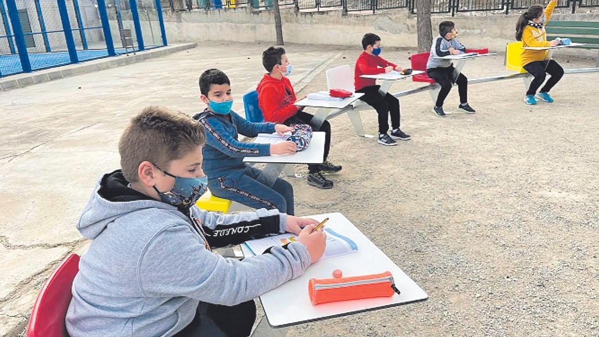 El colegio Pedro Martínez Chacas de Barqueros ha puesto en marcha un aula en la que los alumnos dan clases al aire libre.