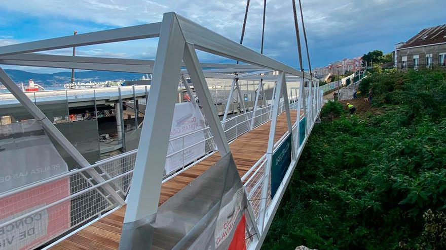 Así se coloca la pasarela entre Vialia y la Vía Verde de Vigo
