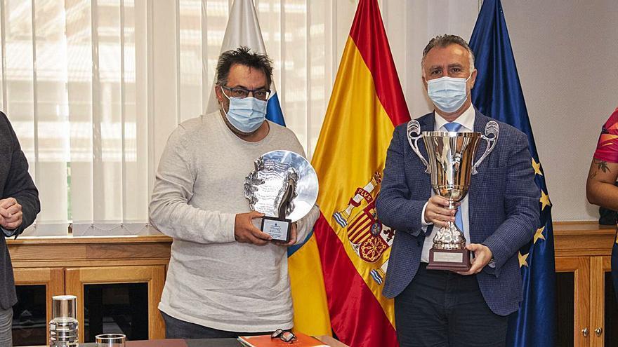 Ángel Víctor Torres recibe la Copa Princesa conquistada por el CCO 7 Palmas