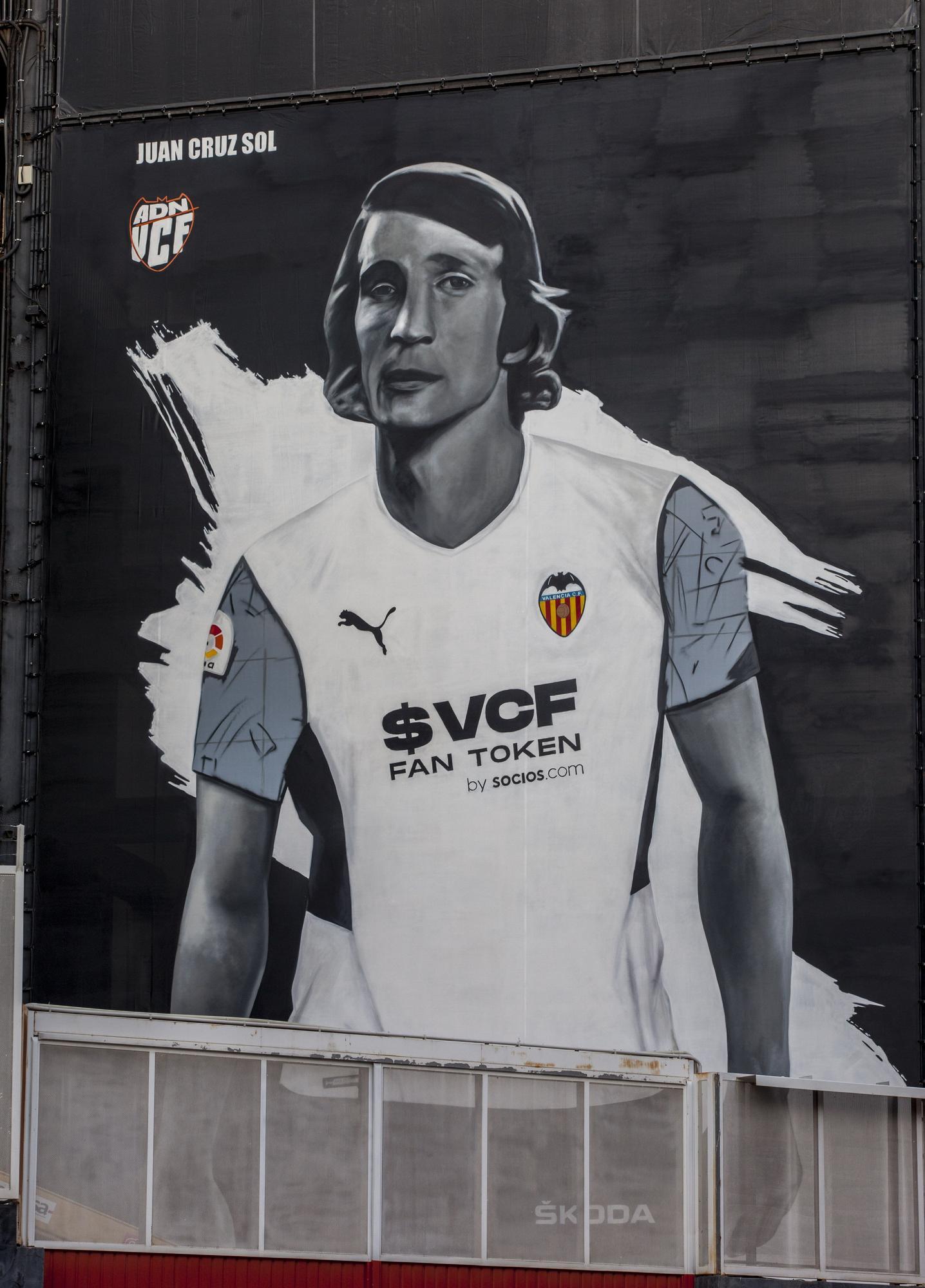 El emotivo mural homenaje del Valencia CF a la leyenda Juan Cruz Sol en Mestalla