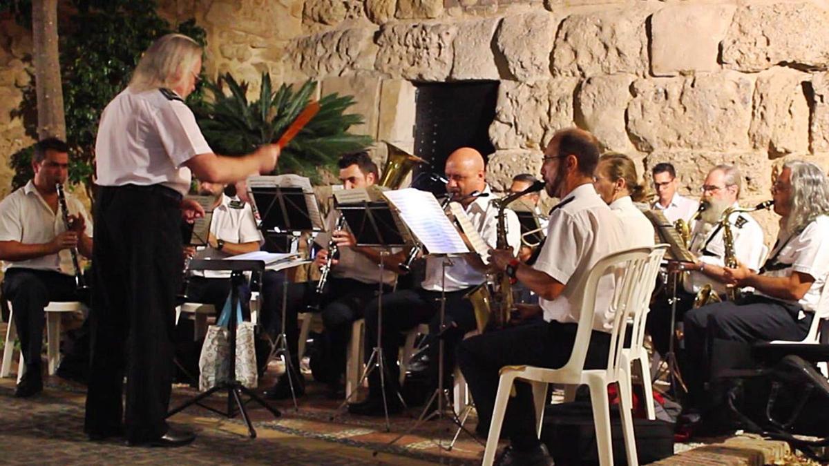 La Banda Municipal de Marbella, en una actuación junto a la Muralla, en el Casco Antiguo.