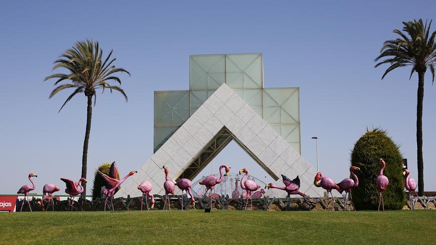 28 figuras de flamencos (americanos) embellecen una de las principales rotondas de los accesos a Torrevieja