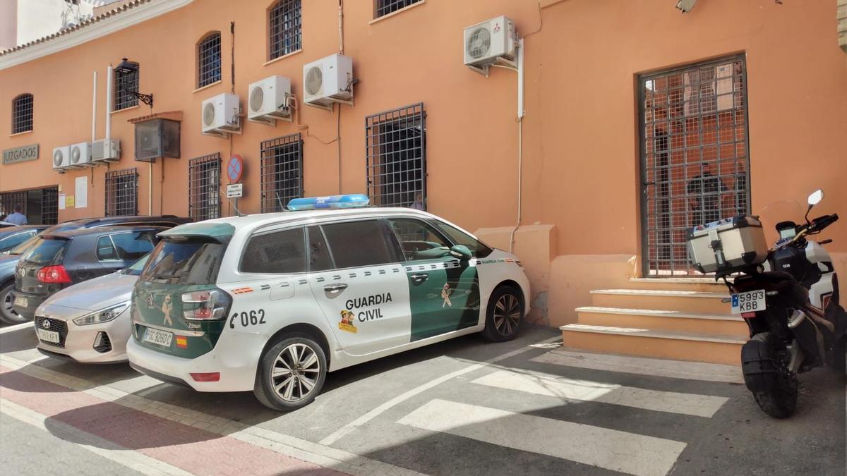 Un coche de la Guardia Civil, esta mañana en los juzgados de Lorca.