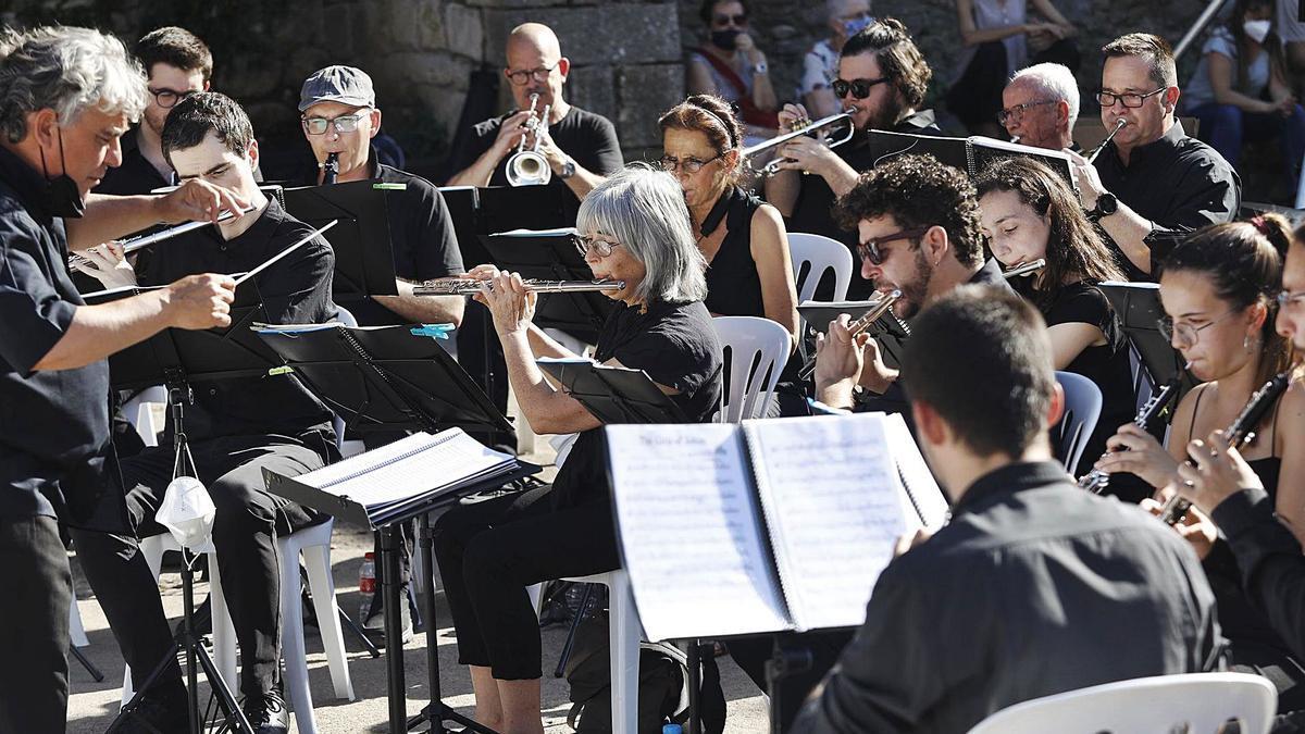 La formació GironaBandaBand, en concert ahir a la plaça dels Jurats de Girona. | ANIOL RESCLOSA