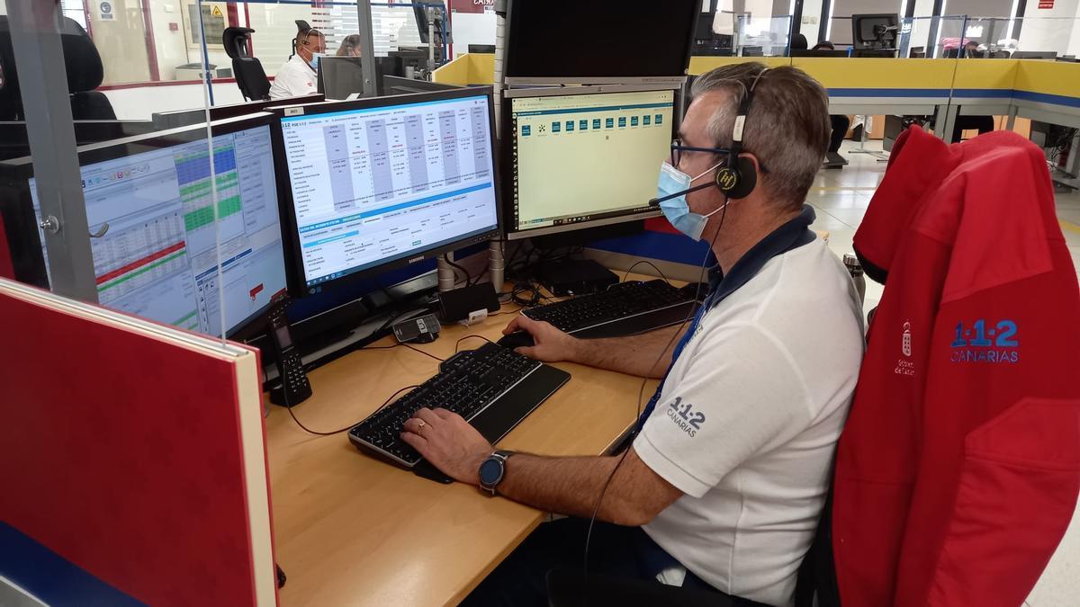 Un trabajador del 112 Canarias atiende una llamada por un suceso en Canarias.