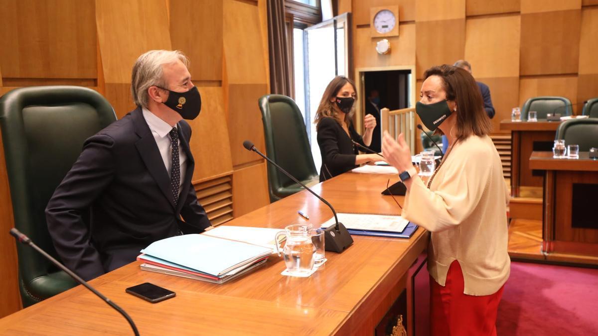 Jorge Azcón con la concejala de Vox, Carmen Rouco.