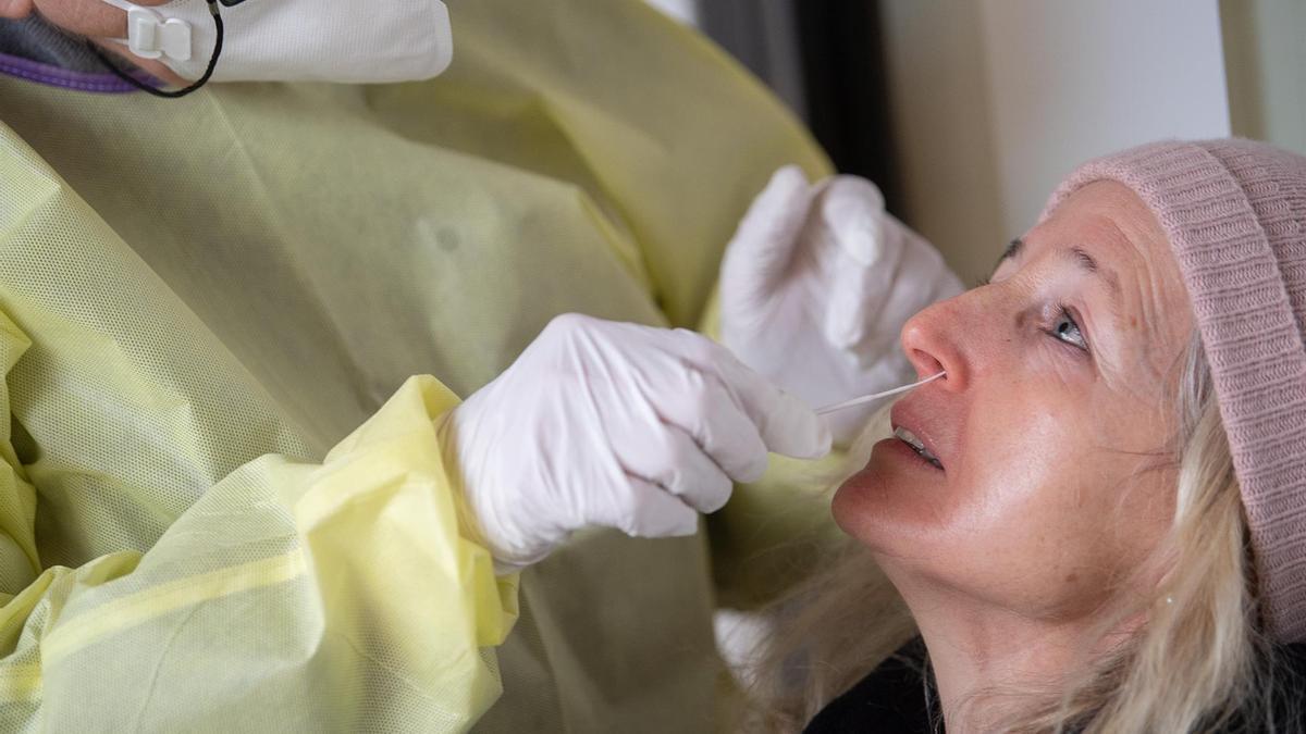 Una mujer se somete a PCR en Alemania.