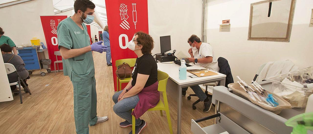 Vacunación de profesores en el hospital de campaña de Alicante el pasado mes de marzo. | PILAR CORTÉS