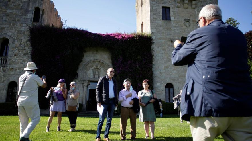 Emoción entre los represaliados en la primera visita a los jardines de Meirás