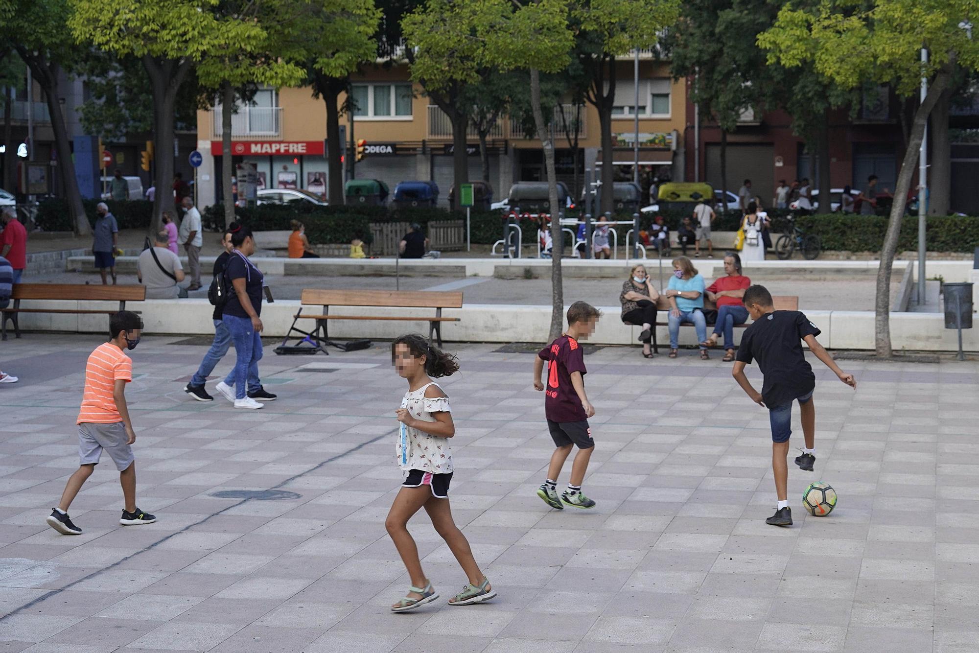 Les famílies reclamen un espai a la plaça del Barco per jugar a pilota
