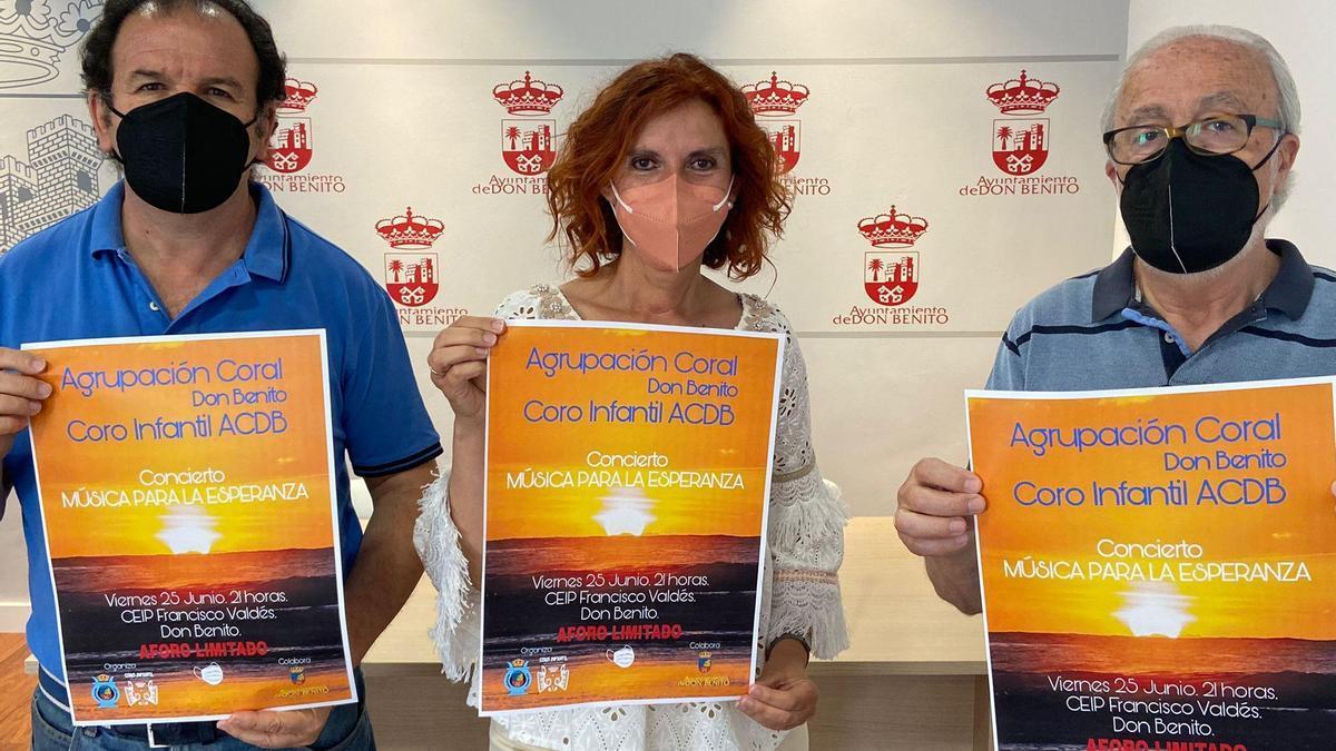 La edil Natalia Blanco con Manuel León y Manuel Torija, de la coral.