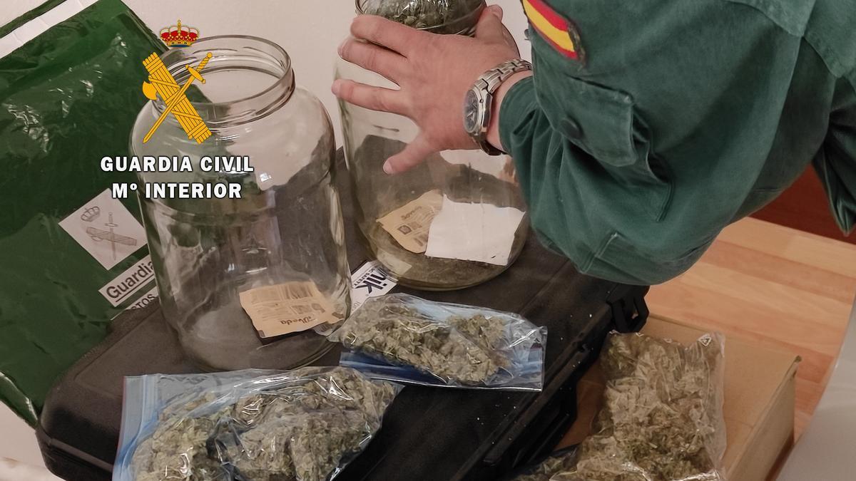 Botes que contenían bolsas de marihuana localizados por la Guardia Civil