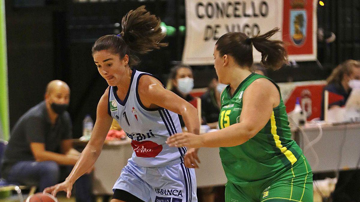 Celia García, con la pelota, durante el partido de ayer en Navia.