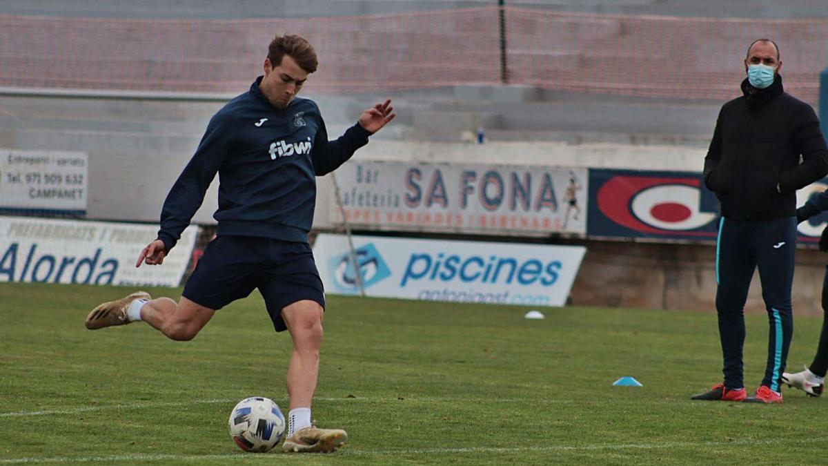 Mateu Ferrer dispara a portería en un entrenamiento del Poblense.   RAÚL PERALES/UD POBLENSE