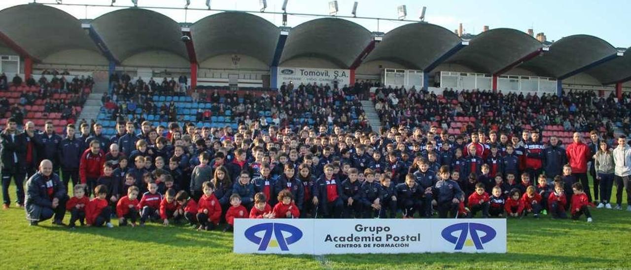 Los equipos de la base de la Unión Deportiva Ourense, el pasado curso, en el estadio de O Couto. // Jesús Regal