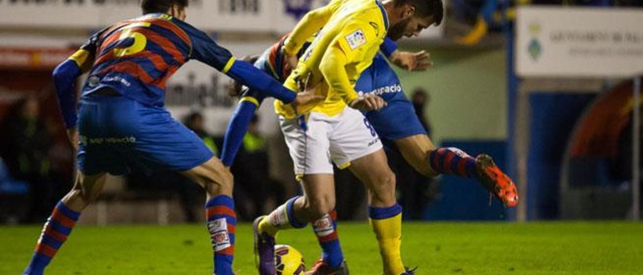 Ortuño pelea el balón en medio de dos rivales de la Llagostera.