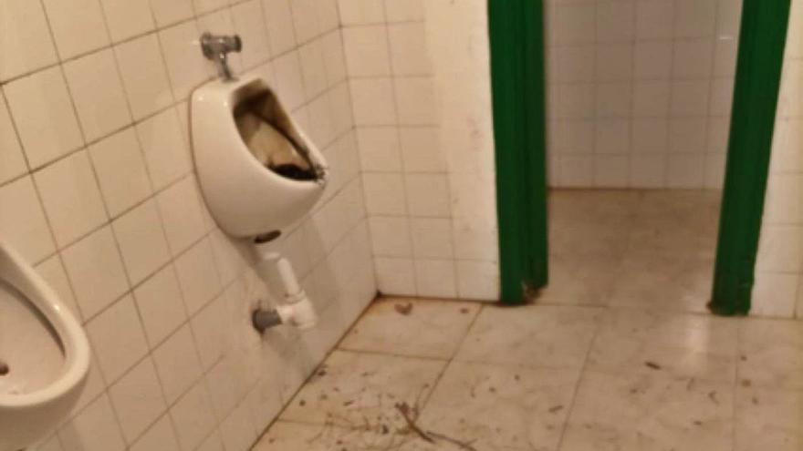 Acto vandálico contra los urinarios de La Mota en Benavente días después de su reapertura