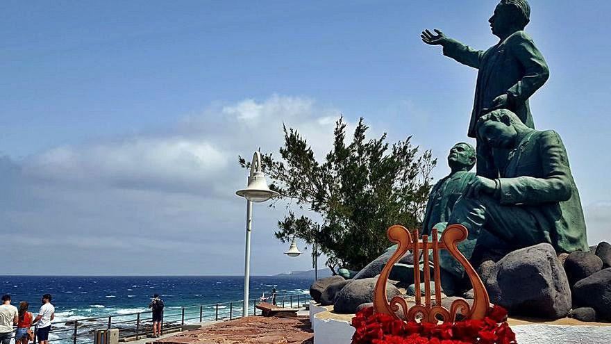 Agaete recuerda al poeta Tomás Morales con una lira en su estatua de Las Nieves