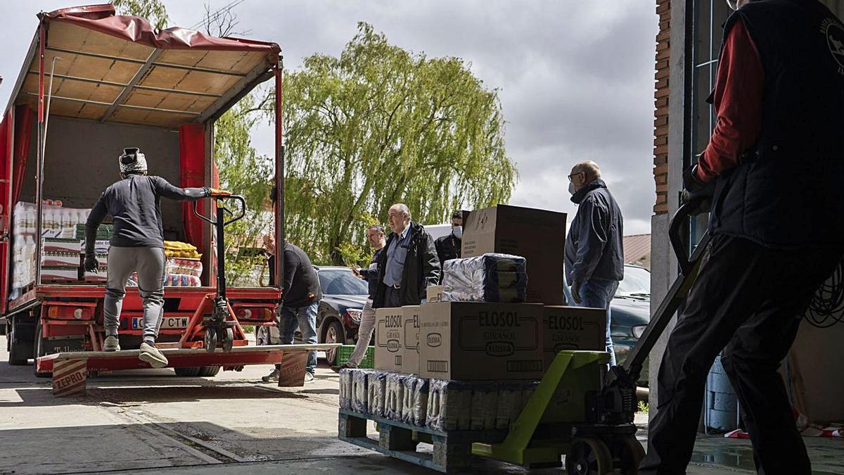 Entrega de productos a un banco de alimentos para personas en condiciones de vulnerabilidad. | J. L. F.
