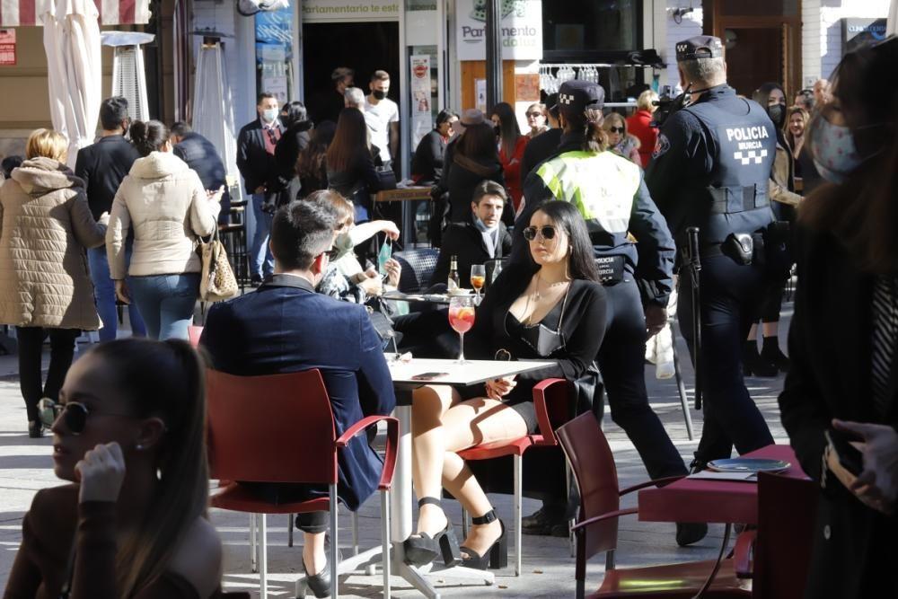 Algunos murcianos no perdonan su visita a la Plaza de las Flores para despedir el año
