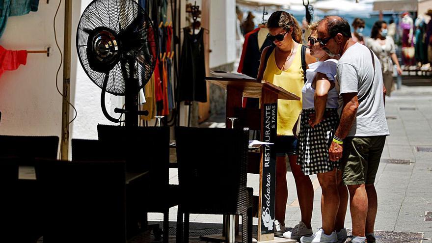 La incidencia del covid en la isla de Ibiza cae por primera vez en un mes