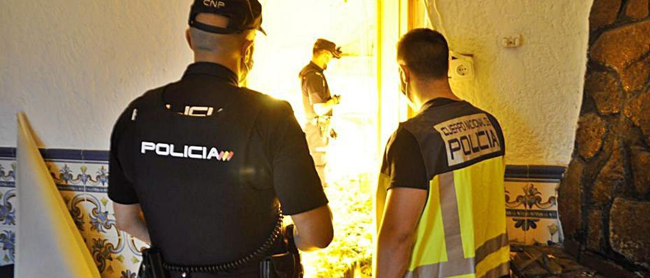 Los agentes, durante un registro domiciliario.   LEVANTE-EMV