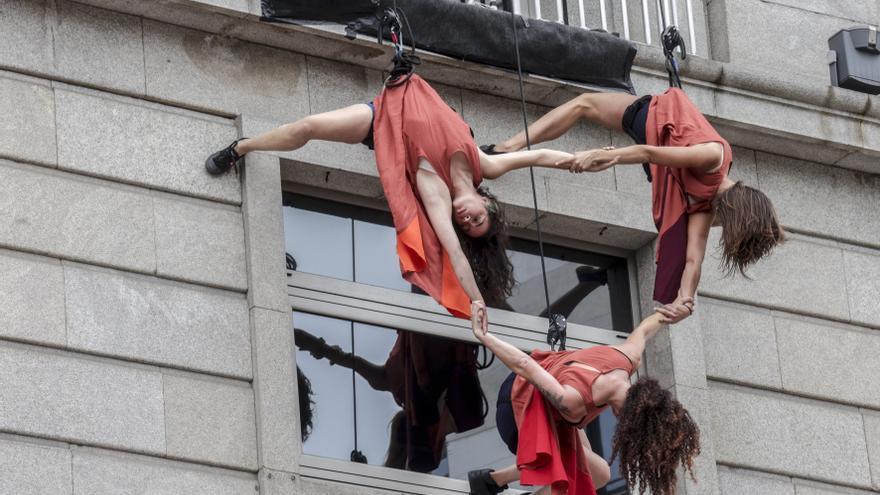 Los bailarines de la Glo Zirco sorprenden con su espectacular baile vertical en la fachada de Liberbank