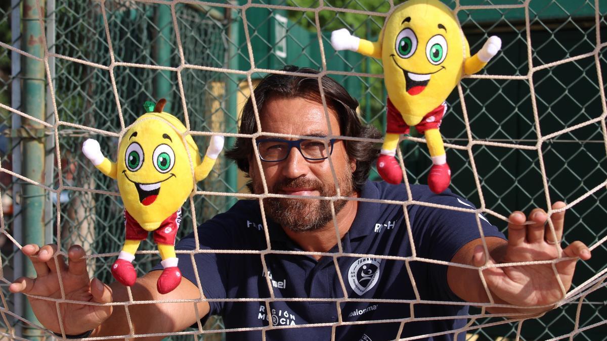 Daniel Santos, con peluches de Limonico, la mascota de la Federación Murciana.
