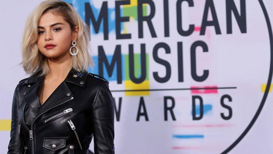 Selena Gomez reaparece en los American Music Awards 2017 con un cambio radical